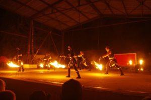 tanec s ohněm při představení Postrpoi